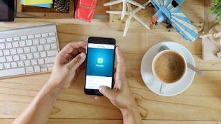 Ilustrasi penggunaan WhatsApp. [Shutterstock] updetails.com