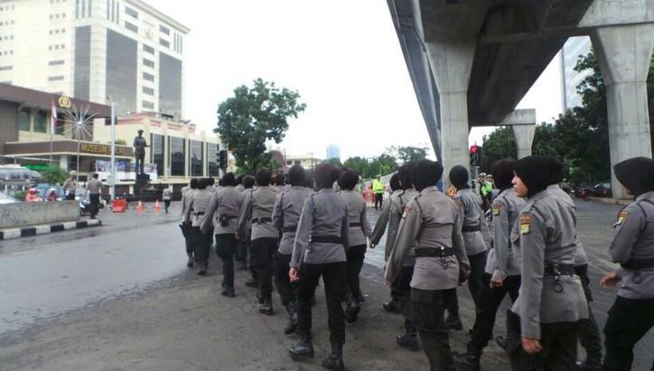 Personel Kepolisian Bersiaga di Mabes Polri Menjelang Demo FPI