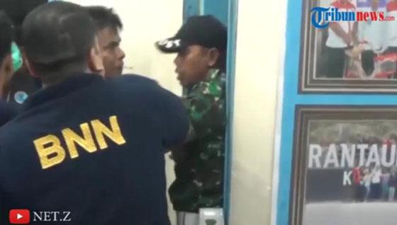 Inilah Rekaman Video Aksi Brutal Prajurit TNI Pukul Anggota BNN Saat Razia