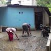 Anggota Satgas TMMD Ke 104 Kodim 0417 /Kerinci Membantu Masyarakat Membuat Jalan dan Teras Rumah warga.