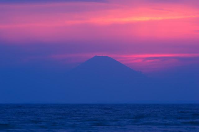夕焼けと富士山~岩井海岸(南房総市)