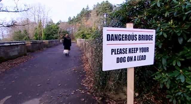 Letrero de Aviso Puente Overtoun