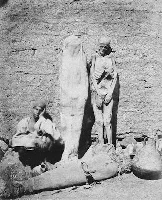 Чоловік продає мумії. Єгипет, 1875 рік