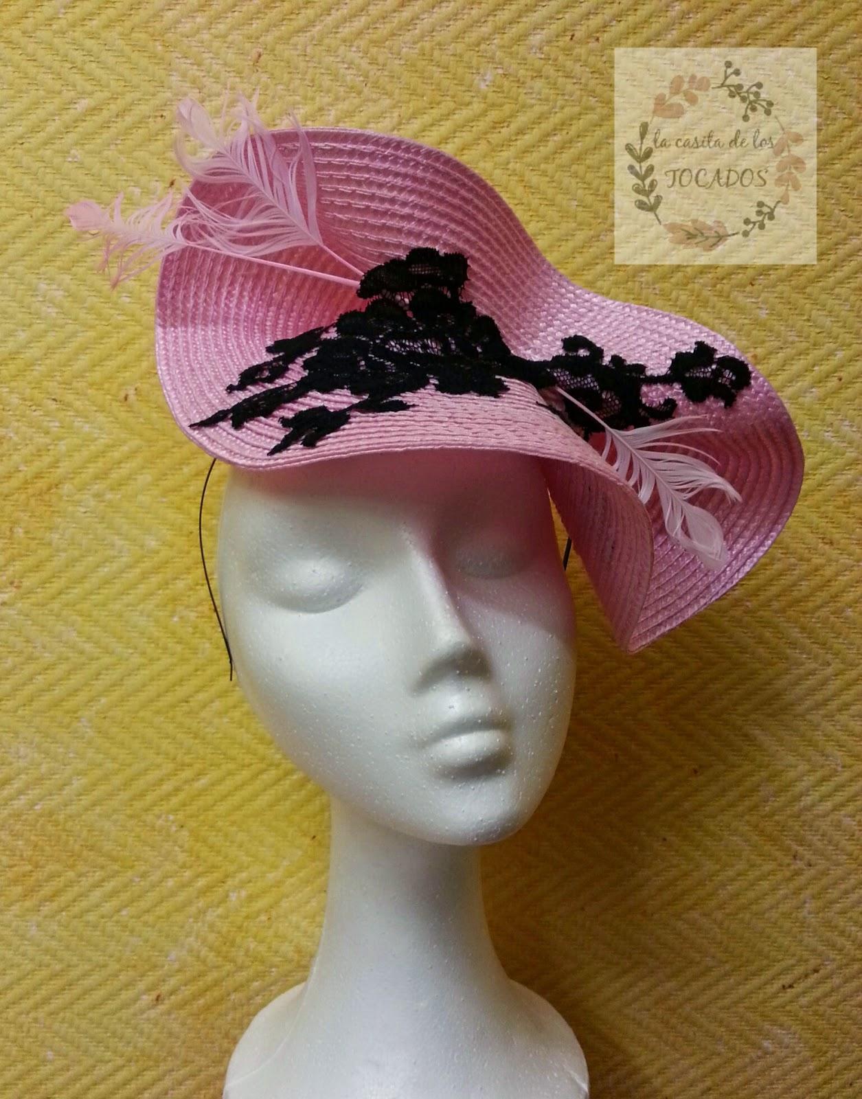 tocado grande para boda en color rosa con encaje en color negro y plumas de pato