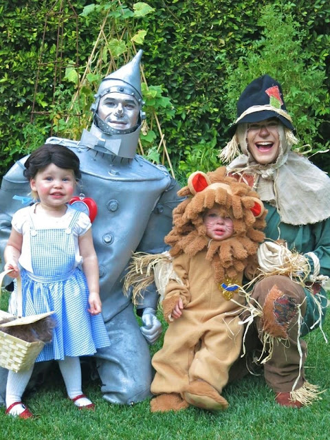Família Harris-Burtka vestidos de personagens do Mágico de Oz para o Halloween de 2012.