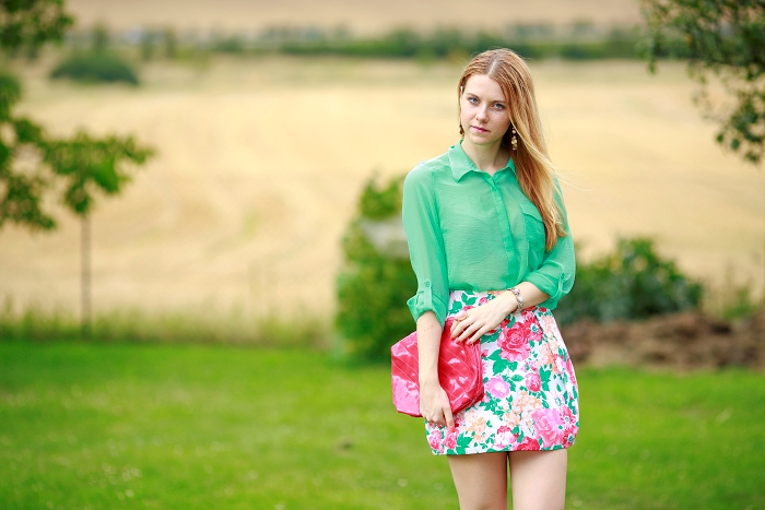 Lucie Srbová, floral skirt, hot pink bag, trendy, stylish