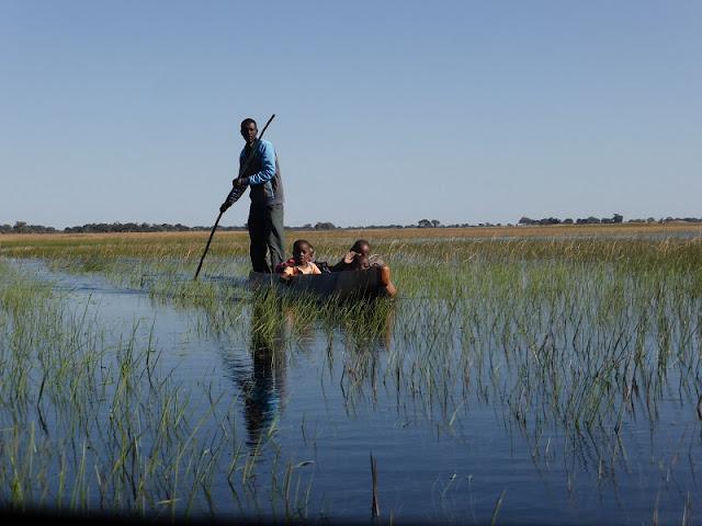Niños en mokoro atravesando la laguna del Delta del Okawango