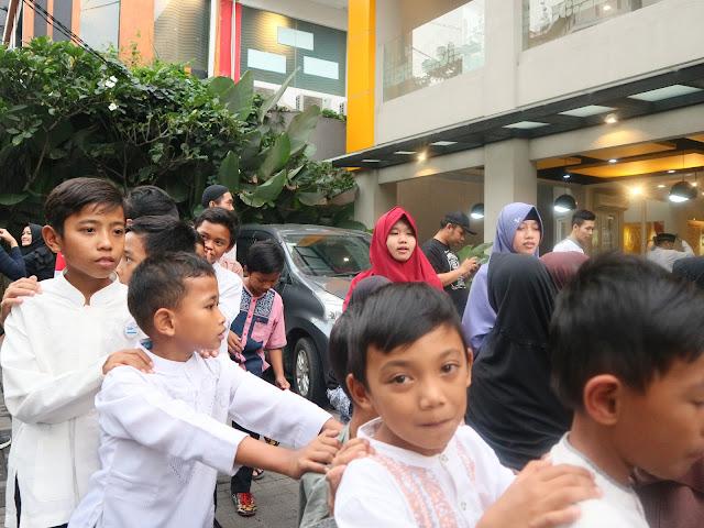 berbagi bersama anak-anak yatim dan dhuafa di hokben