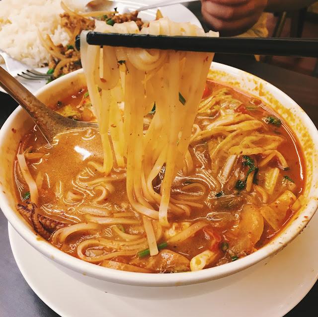 泰式酸辣湯(Tom Yum Gong),是泰國的庶民美食之一。 濃厚的東南亞熱帶風情,以獨特的辛香料入湯,加入牛番茄、高麗菜熬出酸與甜,搭著檸檬淡淡清香,河粉彈牙滑順,口感極佳,與新鮮的蝦及透抽構成的配料組合,確實是讓人上癮的一碗料理。