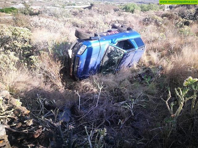 Un vehículo volcó ayer al salirse de la vía en Tazacorte