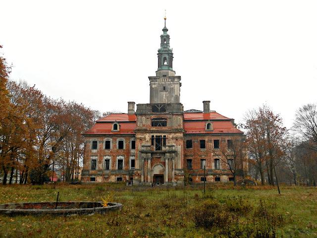 Kiedyś piękny, a dziś zrujnowany pałac.