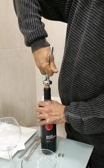 Descorchando la botella de vino Tinto Roble de René Barbier