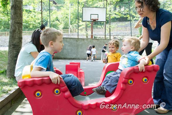 çocuk parkında abi kardeş eğlenirken, İstanbuldere Alabalık evi