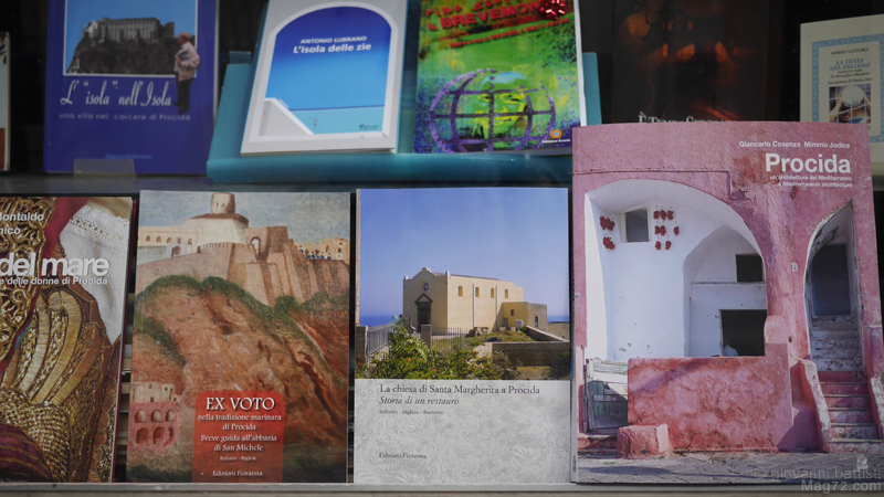 Fotografia di libri che parlano di Procida
