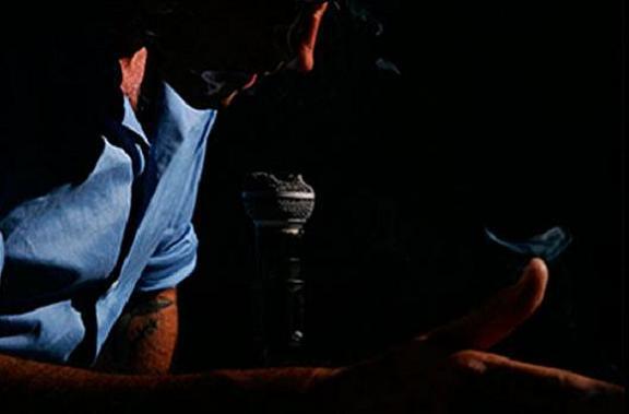 Portada del disco A nadie de Javier Corcobado, se muestra al cantante cabizbajo con una mano en la cabeza sujetando un cigarrillo