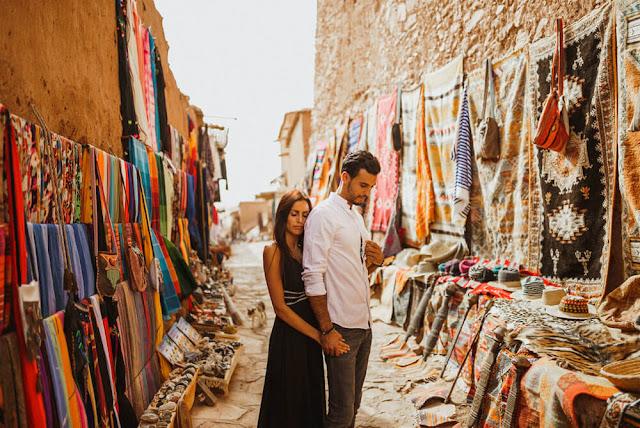 Du khách đến Strasbourgesh để tìm kiếm những kho báu trong các cửa hàng tại khu phố cổ Medina hoặc để nếm thử các món ăn Morocco ở quảng trường Djemma El-Fna. Bạn đừng quên tới các điểm tham quan di tích lịch sử của thành phố như Lăng mộ Saadian hoặc Cung điện El Badi.