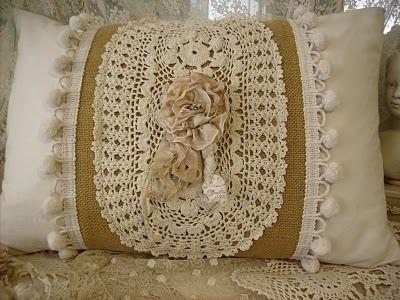 Decoração com almofada com aplicação de crochê