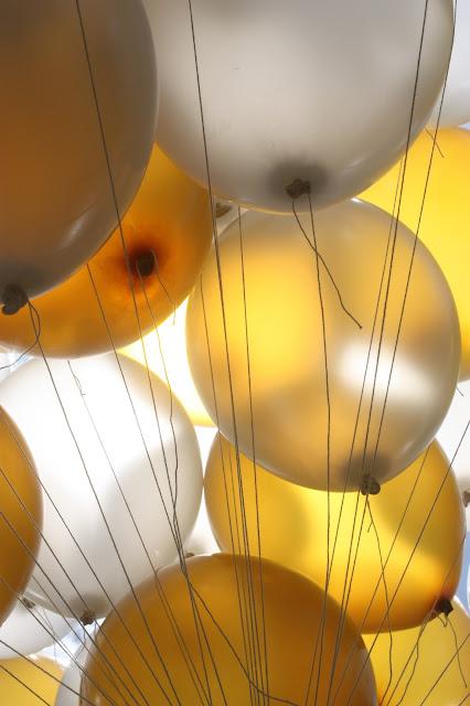 Helium-Ballons - Gold und Weiß, goldene Sommerhochzeit im Riessersee Hotel Garmisch-Partenkirchen, gold white wedding in Garmisch, Bavaria, lake-side, summer wedding