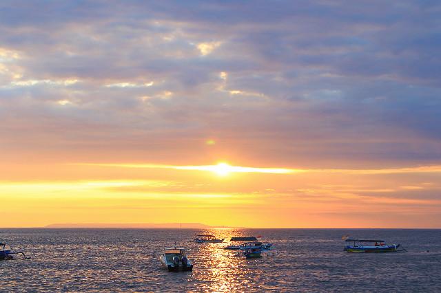 matahari tenggelam di pantai senggigi