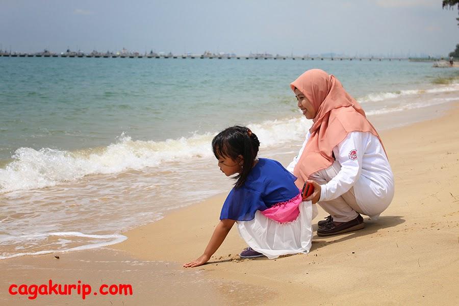 Bermain Pasir di Pantai