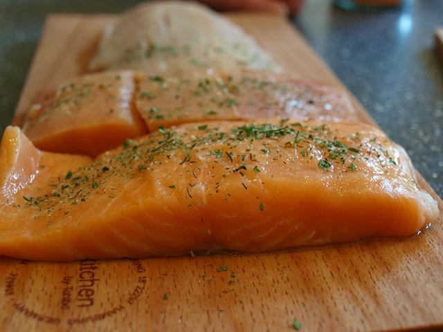 Cara memanggang fillet ikan salmon