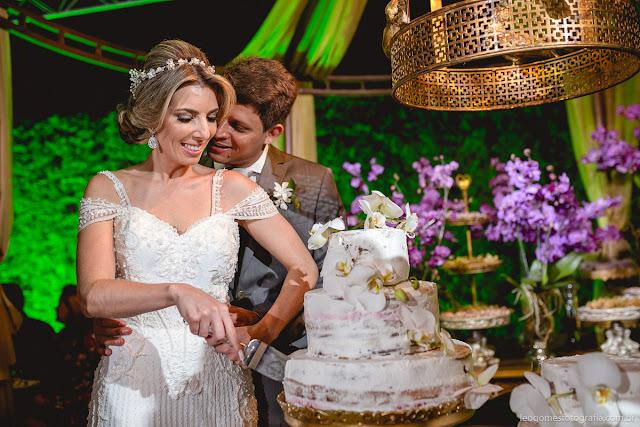 Casal Edriza e Manoel cortando o bolo