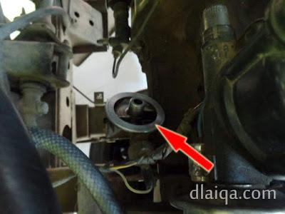 bersihkan tempat dudukan filter oli mesin