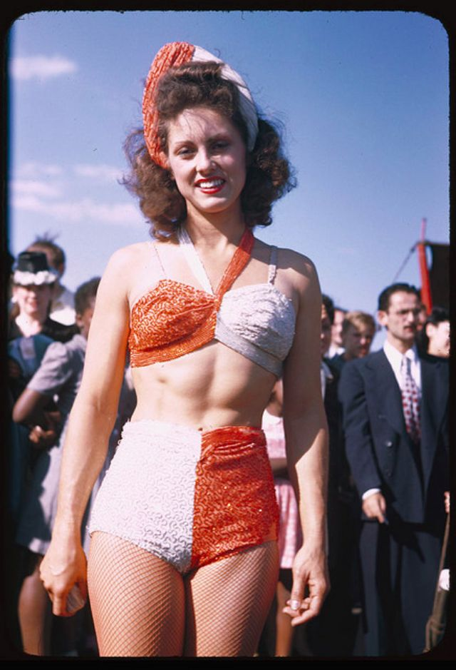 20 Wonderful Color Photos Of Chicago Women In Swimsuits In
