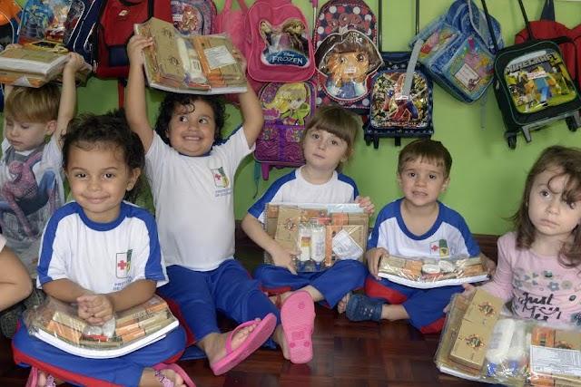 Alunos da rede municipal de Colombo recebem material escolar
