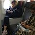 Madonna viaja na classe econômica e surpreende passageiros.