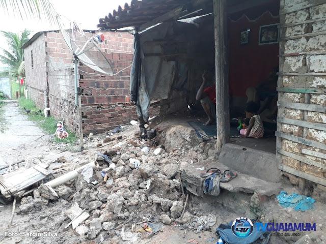 Metade de uma casa desaba em Goiana, a família está desolada