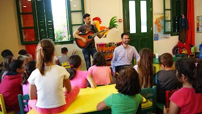 Ο Βαγγέλης Αυγουλάς με τον Πρόεδρο του Συλλόγου Εργαζομένων Γιάννη Παπαχατζή ο οποίος παίζει μουσική και τραγουδάνε μαζί με τα παιδιά