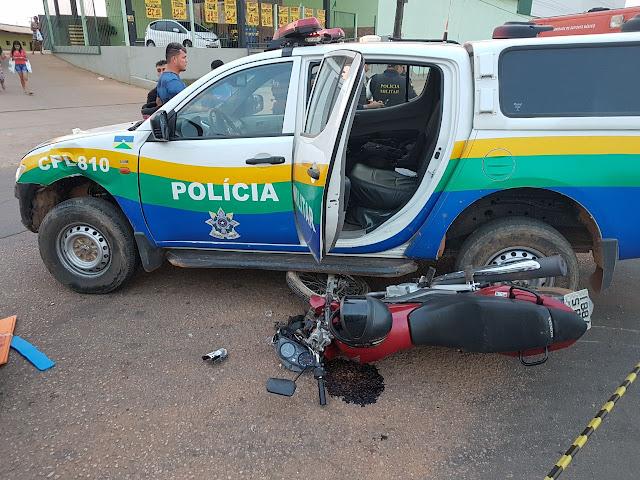 Viatura da PM se envolve em acidente com casal que estava na moto