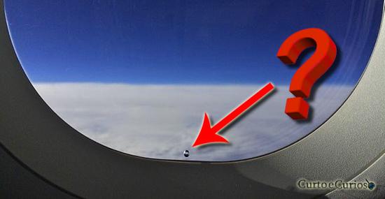 Você sabe pra que serve aquele enigmático buraquinho na janela de avião?