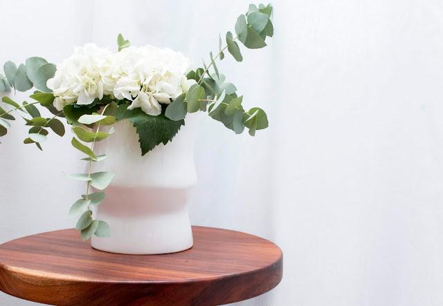 Jarra decorativa em cerâmica na cor branca com um lindo bouquet