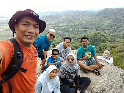 Watu Langit adalah salah satu spot foto menarik di kawasan Tebing Breksi.