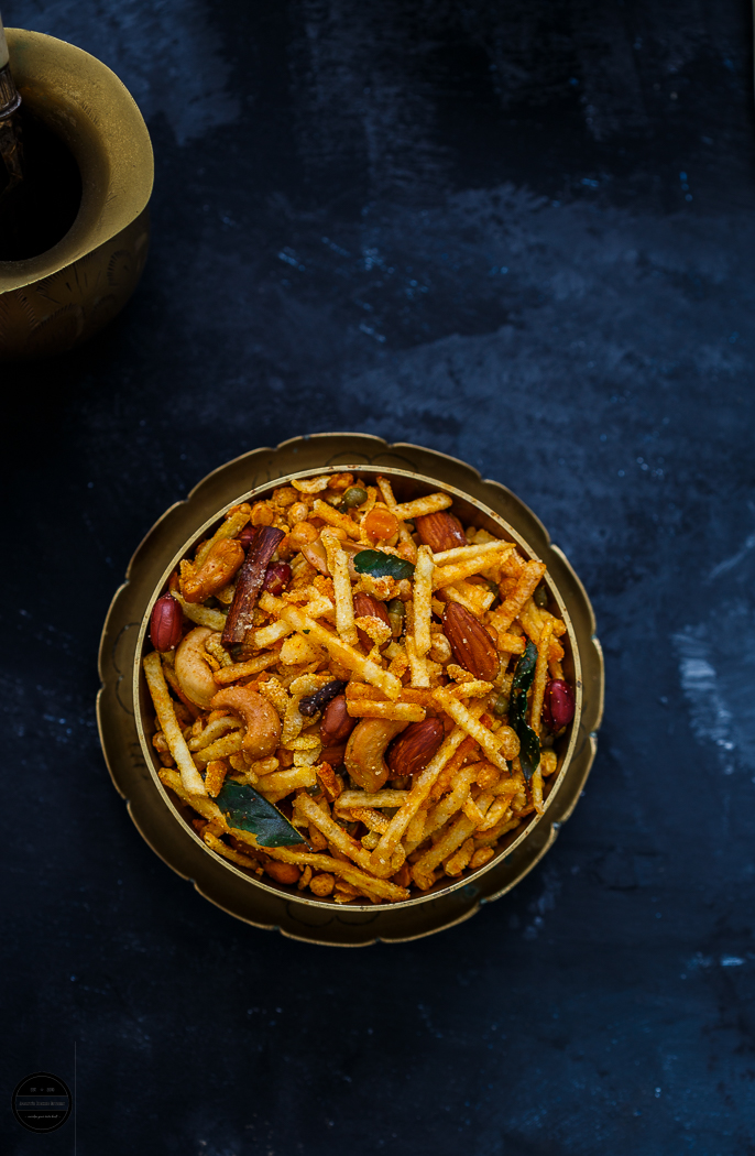 Kenya Chevdo or Kenyan style chevdo is spicy, sweet and crunchy spice mix that is made with fried lentils, potato chips, beaten rice , nuts and basic spices.