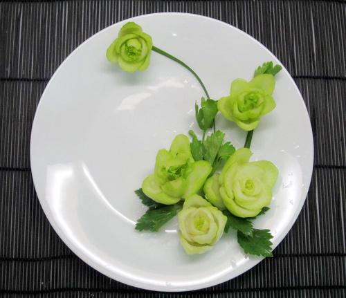 Cách tỉa hoa trang trí món ăn từ rau củ 7