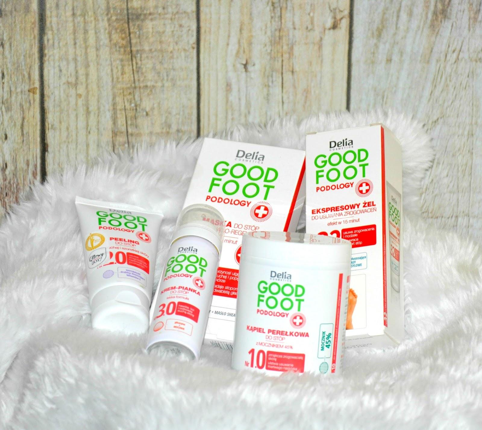 Kto tego lata systematycznie dbał o stopy ? No kto ?! Marta !  Przez ostatnie tygodnie systematycznie pielęgnowałam stopy, aby bez wstydu założyć sandały, które uwidaczniają całą stopę. Bardzo pomogła mi w tym seria kosmetyków Good Foot Podology marki Delia Cosmetics. W jej skład wchodzi kilka produktów: - kąpiel perełkowa z mocznikiem 45% - peeling do stóp dla suchej i szorstkiej skóry - krem-pianka do stóp - maska do stóp wygładzająco - regenerująca - ekspresowy żel do usuwania zrogowaceń  Aby dostrzec właściwości pielęgnacyjny wszystkich cukiereczków z tej serii należy należy stopy namoczyć. I tu z pomocą przychodzi kąpiel perełkowa z mocznikiem. Po otworzeniu opakowania pojawia się dość intensywny, odświeżający zapach. Wewnątrz znajduje się mnóstwo malutkich, zielonych perełek. Należy wsypać niewielką ilość do miski z ciepłą wodą i moczyć stopy przez kilka minut. Efekt ?  Stopy stają się gładkie, skóra staje się miękka i nawilżona. Aby doprowadzić stopy do perfekcyjnej kondycji należy pozbyć się zrogowaceń i twardego naskórka i tu z pomocą przychodzi niezawodna pilerka marki MiaCalnea. Perełki zamknięte są w plasikowym opakowaniu o pojemności 200 g. Jest to bardzo wydajny produkt: Składniki aktywne: - mocznik 45%  Kolejnym etapem jest PEELING. Wewnątrz plastikowej tubki znajduje się mnóstwo dość ostrych drobinek. Wystarczy niewielka ilość aby rozprowadzić kosmetyk na powierzchni stóp. W czasie aplikacji masuje stopy, co jest bardzo przyjemnym etapem pielęgnacji. Po wykonaniu zabiegu stają się gładziutkie, miękkie i przyjemne w dotyku. Co jest dla mnie dowodem, że spełnia powierzone mu działanie. Jest to produkt bardzo wydajny. Kosztuje około 13 zł. Kosmetyk zamknięty jest w miękkiej tubce o pojemności 60 ml. Składniki aktywne: - Naturalne drobinki złuszczające z pestek moreli, łupin orzecha włoskiego i migdałowca. - Allantoina. - Gliceryna. - Masło Shea. - Witamina E. - Ekstrakt z dzikiej wodnej mięty.   Następnie nakładam na stopy krem w piance z tej samej seri
