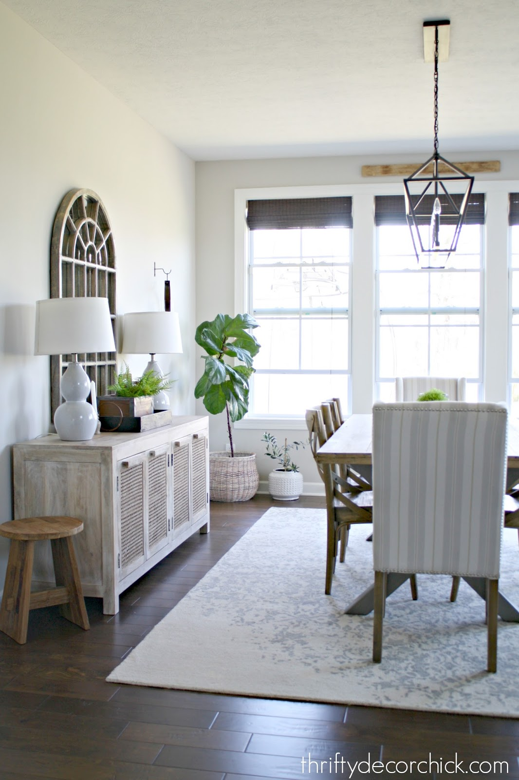 Light and neutral relaxed dining area