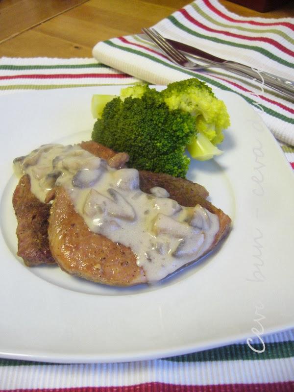 Cotlete de porc  cu sos de ciuperci si brocoli