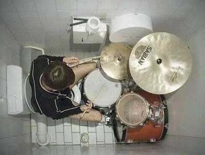 witzige Klobilder - Männer spielen auf Toilette lustig