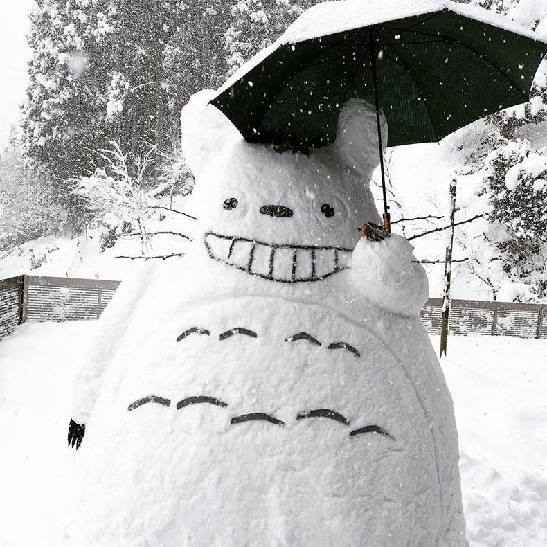 Creativas esculturas de nieve aparecen en las calles de Japón después de una fuerte nevada