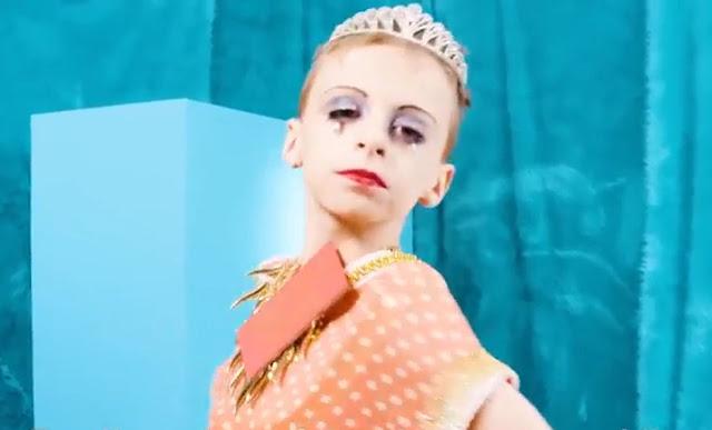 Abuso infantil - Ativistas LGBT vestem menino como drag queen para promover a ideologia de gênero