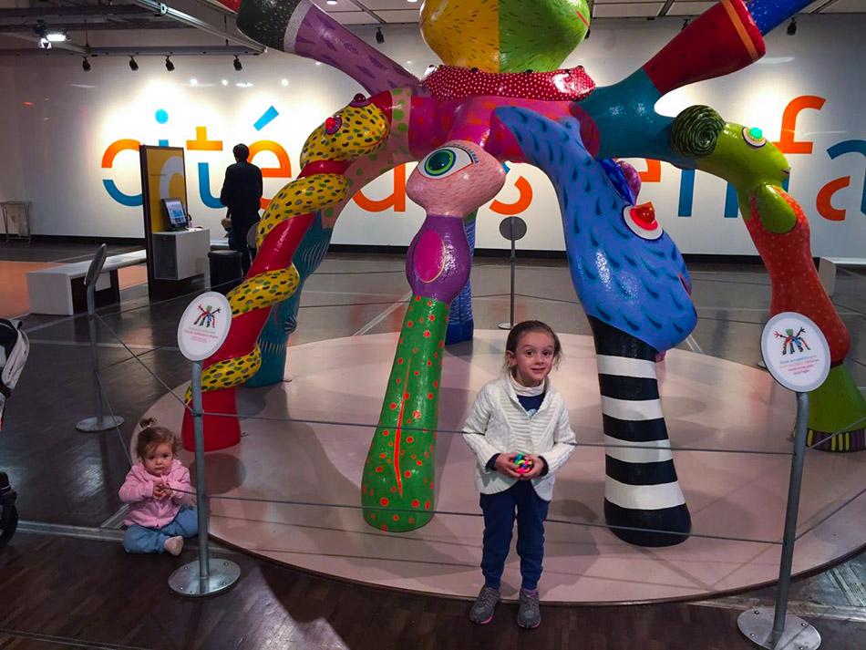 Pequenas Viajantes na Cité des Enfants, no Parc de La Vilette.
