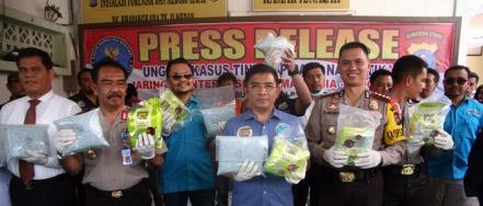 Polisi melakukan pemaparan penangkapan 15 kg sabu
