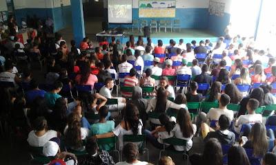 Rodolfo Vidal e público na Escola Yolanda Araújo Silva Paiva