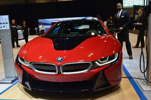 Chicago Auto Show: The new 2017 BMW i8 eDrive Protonic Red