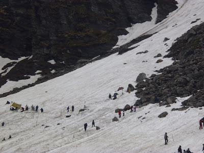 neikmati salju di India