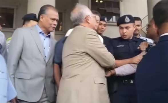 DS Najib tengking polis di luar mahkamah
